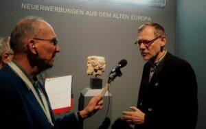 J. Luckhardt (re.) und P. Temme (li.) vor dem Fragment einer römischen Doppelkopf-Herme aus dem späten 1. Jh. n.Chr.
