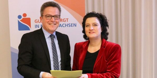 Foto: Dr. Thomas Bartkiewicz und Sozialministerin Carola Reimann Copyright: Niedersächsisches Ministerium für Soziales, Gesundheit und Gleichstellung