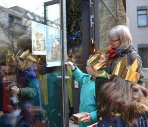 Sternsinger von St. Aegidien vor der Jakobskemenate am Eiermarkt - Foto: Sabine Moser