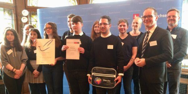 Bild: Das Siegerteam der Johannes-Selenka-Schule Braunschweig mit Kultusminister Grant-Hendrik Tonne (vorn rechts) --- Foto: Westermann-Gruppe