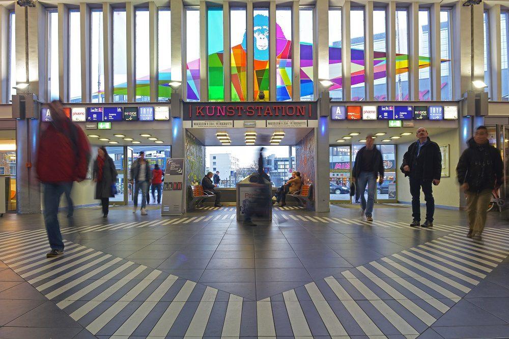 """Empfangshalle mit Kunstraum """"Kunsstation"""" im Empfangsgebäude Wolfsburg Hbf der DB Station&Service AG"""