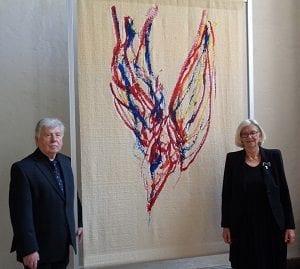 Gerd Winner und Mechthild von Veltheim vor dem Reformationsparament - Foto: Peter Temme