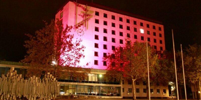 Rathaus WOB in Pink - Foto: (c) Stadt Wolfsburg