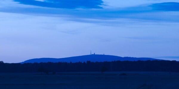 Blaue Stunde im Harz mit Blick auf den Brocken - Foto: pixabay